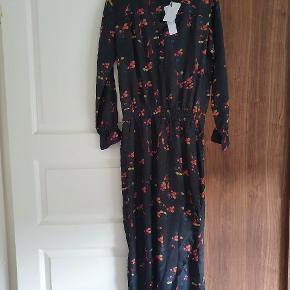 Rigtig flot kjole Lang kjole i carp print med elastik bånd i taljen i cupro og viskose kvalitet. Kjolen besidder lange ærmer, v-halsudskæring og flæser ved håndleddene på ærmerne. Kvalitet: Cupro 60% / Viscose 40% - Lining: Polyester 98% / Elastane 2%