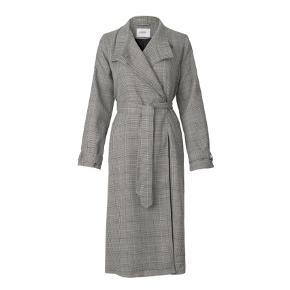 Lækker frakke/trenchcoat fra Envii i str. XS (jeg er selv en small og passer den helt fint) 🥰 Den er brugt ca. 10 gange, og der er lidt fnuller nogle steder, ellers er den i rigtigt god stand ☺️ spørg evt for flere billeder 🎈
