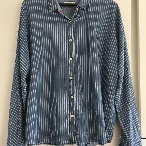 Varetype: Langærmet Farve: Blå Oprindelig købspris: 800 kr.  Klassisk Hilfiger skjorte. Se hvor flot ærmerne er lavet ud i samme stykke som frontstykket.