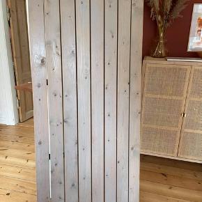 Plankebord lavet af håndværker. Rigtig flot og stabilt bord med svejset metal under. brugt i en længere periode, kunne godt trænge til et lag nyt lak, fejler ellers intet! Bordbukke medfølger  Bordet måler 175 x 80