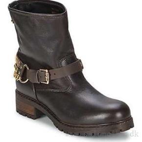 8fe3e742 Sælger brune støvler i skind fra Moschino. Købt i Moschino butikken i Rom.  Kvittering