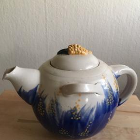 Te kande fremstillet af kunstneren Ella    Biltoft.
