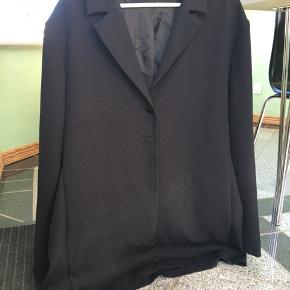 Købt i genbrug. Lækker let jakke, falder flot. Str large tror jeg men jeg har bare brugt den oversize (er str small)