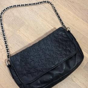 Smuk taske fra Rika Sort læder med stjerner  Kæde skulderrem.