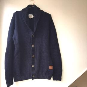 Navy blue men's Wrangler cardigan. Used but good condition and no holes etc. 87% cotton, 10% polyamide, 3% wool