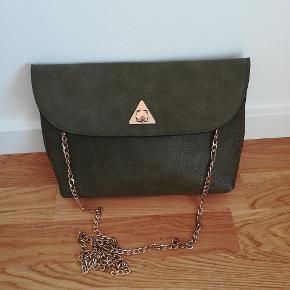 Armygrøn taske med guldfarvet kæde I rigtig fin stand. Kæden kan gemmes inde i tasken, så det kan bruges som clutch.