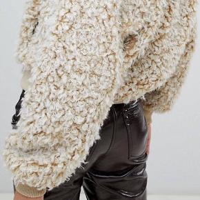 Teddy jakke fra Gina Tricot   • Str 36 • Ny pris 600,- • Mest prøvet på, brugt en enkelt  gang  #trendsalesfund • Ingen tegn på slid  Søgeord: fluffy jacket, crop jacket, vinterjakke