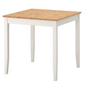 Lille spisebord. Koster 450 for nyt i ikea, jeg sælger mit for 200. Kan hentes i Ørestad. Målene er b. 74, l. 74, h. 73. Sælges pågrund af pladsmangel, du er velkommen til at skrive hvis du har flere spørgsmål eller har behov for at se flere billeder :)