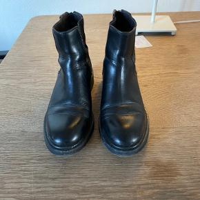 Billi bi støvler, sort, brugt få gange. Sælges da jeg ikke bruger dem, og har købt nye. Fik dem i julegave i julen 18, og siden har du bare stået på min skohylde. BYD, pris kan diskuteres