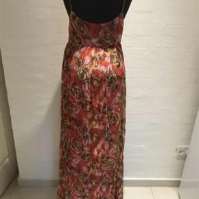 Gulvlang koralfarvet (med mønster) kjole med perlebesatte stroppe, brugt 1 gang. Nypris kr. 1999,-