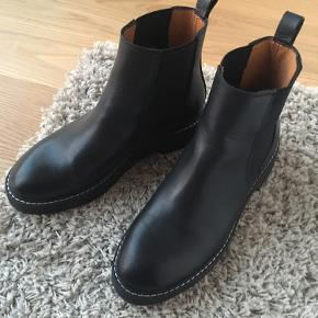 Leather Chelsea Boots from & other stories in size 39 EU.   https://www.stories.com/de_de/shoes/boots/chelseaboots/product.leather-chelsea-boots-black.0498145002.html  Never worn outside.