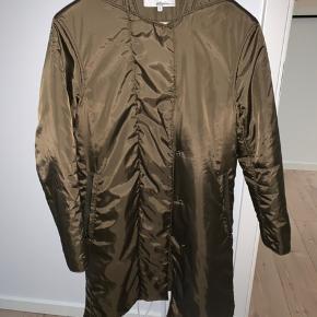 Super fed let nylon jakke fra Philip Lim i Str S!  Den går ned til knæet ( jeg er 172cm høj ) og kan lukkes med lynlås og knapper. Den er i rigtig rigtig fin stand!  Jeg bytter ikke :)
