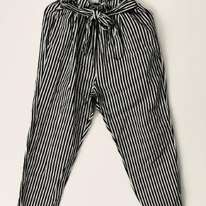 Et par dejlige løse trippet bukser, som se fantastisk ud med en flot trøje. Bukserne er i  farven blå og hvid , ih meget behagelige.  Ps. Der kan blive talt om prisen