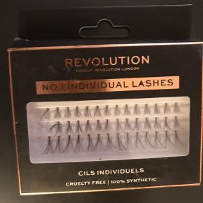 Single lashes af Revolution. Der mangler et par stykker men ellers er der brugt et par gang.