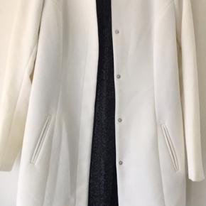Smuk hvid jakke med knapper til at have over en skjorte eller kjole - kan ikke huske om den blev købt i Only eller Vero Moda  Har bare hængt i skabet  Skal hentes i Roskilde  Eller kan sendes med DAO