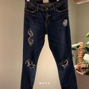 """Must- have perfekte distressed Current/Elliot """" stiletto jeans""""  . Sidder som en drøm Kun brugt x1( købt for store)"""