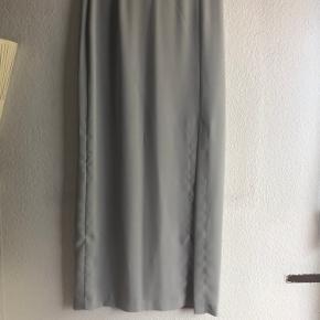 Sæt med lang nederdel og blazer. Mange fine detaljer 100% polyester. Købt i Rom brugt få gange.  Sender via dao på købers regning. Kommer fra et røgfrit hjem.