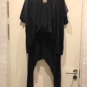 Lækker Jersey buksedragt med lommer .  Kun brugt 2 gange , så den er som ny .  Str l ( 50-52 )  Ny pris 800 kr