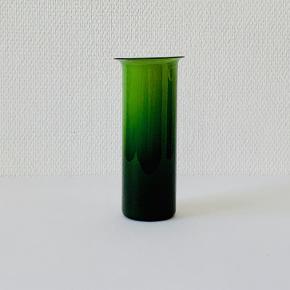 """Smuk cylindrisk vase med udsvajet rand fra """"Regnbueserien"""" i hvidt opalglas med jadegrønt overfang. Design: Michael Bang Fyens Glasværk 1973 Farve: Jadegrøn/opalhvid Højde: 17,6 cm Diameter: 7,7 cm"""