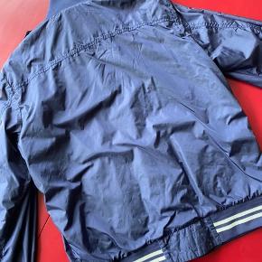 Sælger min Moncler Delonix jakke i mørkeblå, da den er lidt til den lille side på mig. den er str 4 - hvad der cirka svarer til L Den mangler en knap som man kan se på andet billede - kan nemt syes på. Fejler ingenting udover det.  Mindstepris: 1000,-  Byd endelig derfra - skal bare af med den :)