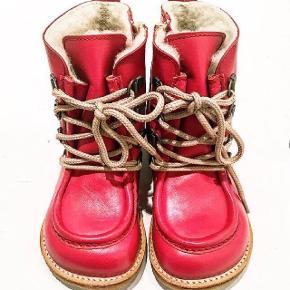 Str. 22. Røde Angulus vinterstøvle med snøre og lynlås. Brugt én gang, de er for små.Nypris: 949 kr. Med blød rågummibund i naturlig rågummi farve. Den har ANGULUS TEX, som sørger for tørre føder, da den er vandtæt.   Model 2380-101