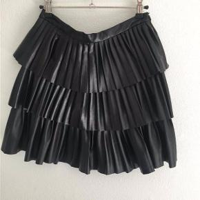 Jeg sælger denne nederdel fra DAY, da jeg ikke får gået med den. Jeg har brugt den en enkelt gang i et par timer, så den er stort set som ny. Den er købt i Bahne:)  Jeg er åben for bud:)  Oprindelig købspris var 1199 kr.