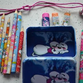 Sød Diddl box til f.eks. viskelæder o.l. Medfølgende blyanter, viskelæder og kuglepen. Se foto. Det lyserøde viskelæder er solgt.  Se også mine øvrige annoncer. Bytter ikke. (LT)