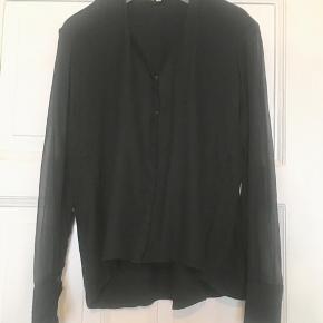 Fin skjorte fra Helmut Lang i 76% viscose, 19% wool og 5% elastane med ærmer i 100% silke. Brugt, uden huller, pletter, fnuller eller lign. Brystmål: 51 cm på tværs fra armhule til armhule, dvs 102 cm i omkreds. Længde: 66 cm fra nakken og ned. Søgeord: Black shirt sort skjorte silk silkeskjorte klassisk top bluse