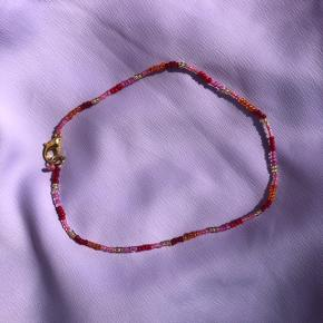 Perle choker Røde orange og gule perler Mål: 33 cm 💮 Prisen er fast og inkl Porto m postnord