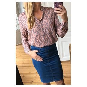 Smuk skjorte med det fineste print  Se også mine andre annoncer eller følg mig på Instagram @2nd_love_preowned_fashion