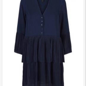 Fin kjole stadig med mærke. Ny pris 500,-  Tjek endelig mine andre annoncer. Tilbyder fri fragt ved mer køb! 👗👠💸💳