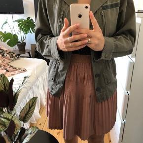 Overgangsjakke fra Urban Outfitters. Den er brugt minimalt, og er stadig i fin stand. :-)