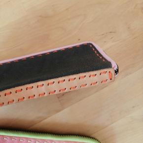 Læderpung i mørkegrå med lyserød og fersken farvet detaljer.  Læderpung i lys orange med grøn  Prisen er pr styk