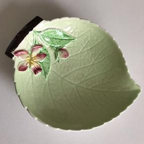 Lille engelsk Carlton fad formet som et blad med yndige blomster på. Et fint spot til smykker eller sæbe. 80,- #carlton #keramikfund #smykkeskål #smykkefad #bladskål #bladfad #sæbeskål #sæbefad #keramik #loppertilsalg #loppefund #loppemarked #loppedeluxe
