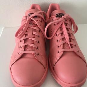 Jeg sælger mine Fede Raf Simons Stan Smith sneakers, da jeg ikke får dem brugt. Har været brugt 4 gange, så er ret pæne. Købt for 1600.-