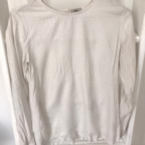 Smuk skjorte agtigt tip med print.  Brugt, men uden pletter eller skader    Byd endelig! 😊 Køb flere ting, så deler vi gerne fragten 🥳