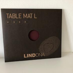 6 stk. LIND DNA table mats, str. L. Bordeaux rød. Recycled læder. 45x35 cm. Nypris pr. stk: 160,-   Sælges samlet.