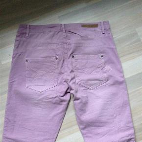 Varetype: Jeans cool farve Farve: lilla Oprindelig købspris: 699 kr.  lækre nye cool jeans fra Culture, aldrig brugt sælges til bud fra 150,- pp