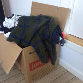 Oprydning! Jeg har tyndet ud i mit skab, og har derfor lavet en del annoncer med tøj, der bortgives. Kig endelig 😆