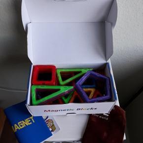 Helt nyt legetøj, et kæmpestort sæt med 110 magnetbrikker i en fin æske. Et sæt indeholder: 40 firkanter, 60 trekanter, 4 femkanter og 6 lange trekanter.  Magnetbrikkerne er magen til Magformers og kan bruges sammen med dem samt andre magnetiske byggeklodser af samme størrelse.  Det er ikke en kopi af Magformers, det er blot et andet mærke af magnetlegetøj.   Jeg har flere sæt, så farver på brikkerne kan være anderledes fra dem, man ser på billederne.  De er købt i Europa. Forsendelse med DAO til nærmeste pakkeshop er 43 kr.