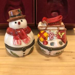 To helt nye julefigurer i porcelæn. De kan åbnes og bruges som små skrin.   Ca. 9 cm høje.   Aldrig brugt og i originale æsker.   Sælges samlet for 150kr + porto.   Sender gerne med DAO, men du er også velkommen til at hente selv - kontaktfri med mobilepay😊