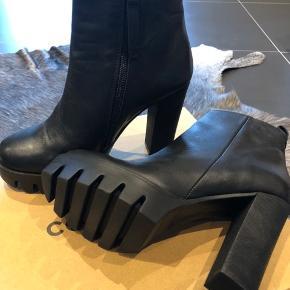 Aldrig brugt lækre skind støvler.   Str.40  Mp.500,-