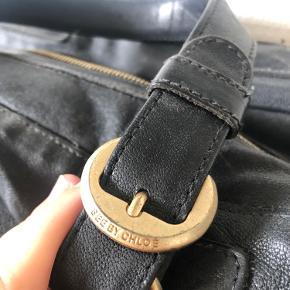 Lækker taske fra See By Chloe, i blødt læder   Der er brugsspor i form af et lille hak i læderet og at farven på spænderne er falmet i kanterne (se billeder)  Ellers fejler den ingenting   Mål ca 30x20x13 cm   Autorisations kort medfølger