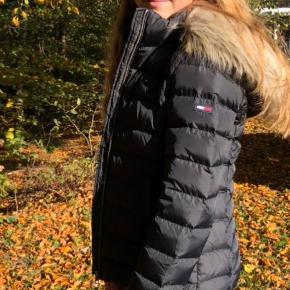 Vinterjakke. Sælges da jeg gerne vil have en anden, men en super fin jakke, som er brugt en vinter. Den er dejlig varm og der er en god hue på. Huen kan tages af. Pelsen kan også tages af uden at tage huen af.