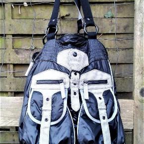 Brand: Esprit - Lækkert design Varetype: taske - giv dine ting frakke på :) Størrelse: 39 x 30 cm Farve: Sort  Rummelig og praktisk taske , der kan holde det meste vand og kold luft ude . Har 4 lommer på ydre for side ; 2 store lukket med knap lås og 2 små lukket med lynlås . Indvendig en lynlås lomme på den ene side og 2 lommer på den anden side . Lukkes med lynlås . 39 x 30 cm uden bræmme . Bræmme måler ca 10 cm ibund og noget af siderne . Snæver 3 cm ind op til top , hvor de måler ca 6 cm - også på lynlås stykker .