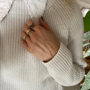 Brugt få gange. Smuk klassisk strik i flot is grå farve. Pæn uden noget slid, fnulder eller tråde.  Lækker med en smuk skjorte indenunder.