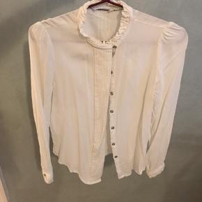 Jeg sælger denne fine fine skjorte fra Co'courture str. xs. Den er blevet brugt én gang og fremstår derfor stadig som helt ny! Kommer fra ikke-ryger-hjem.