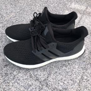 Sælger et par næsten helt nye Adidas Ultra Boost, købt for ca 2 måneder siden Maks brugt 10 gange Åben for bud:)