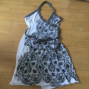 Fra S`NOB, slå om kjole som måler 44 cm i breden og 84 cm i længden.