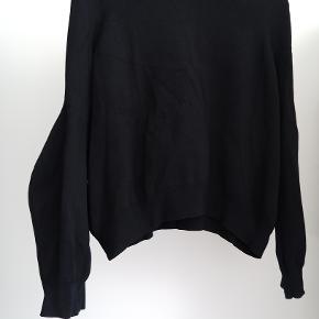 Sjov sort bluse fra COS.  Ærmerne har en sjov buet facon (har prøvet at vise det på billeder)